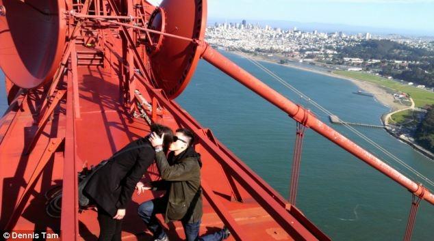 Романтичное предложение на вершине моста