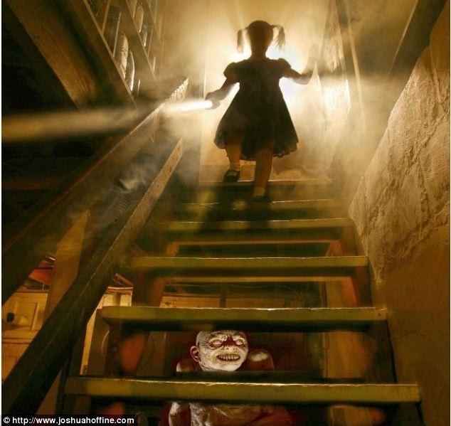 Фотограф воссоздает сцены из фильмов ужасов, используя своих детей