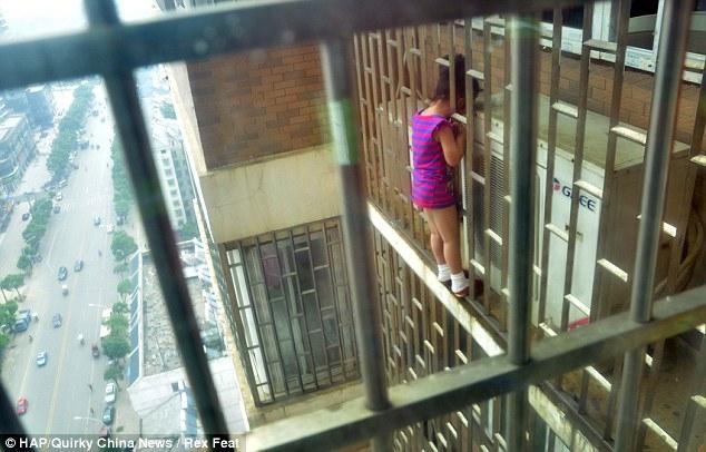 Девочка застряла головой в решетке на высоте 70 метров