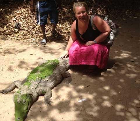 Девушка вернувшаяся из Африки обнаружила, что у нее в животе что-то шевелит ...