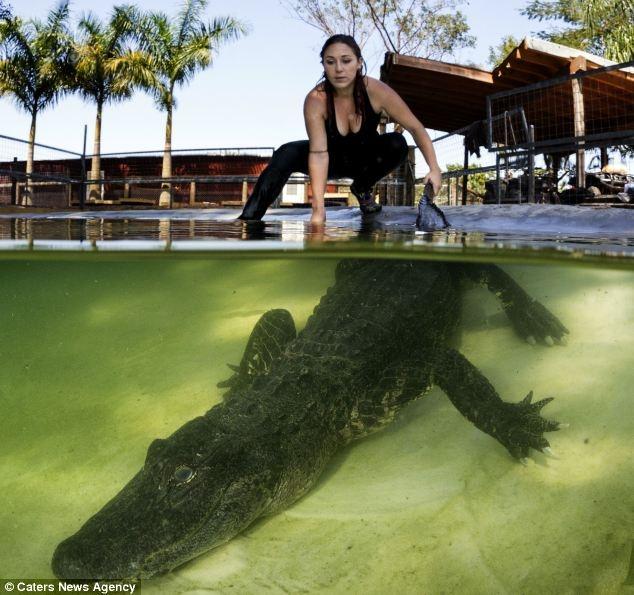 Девушка приручила крокодилов