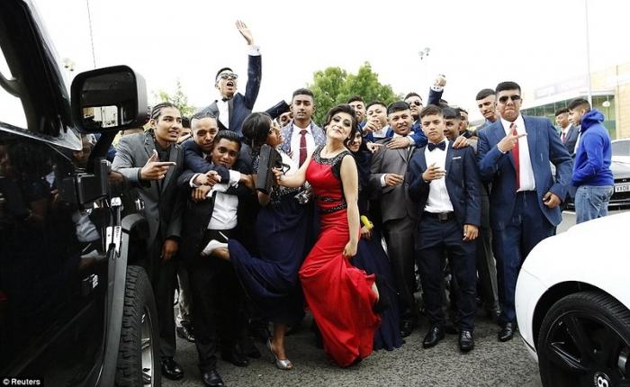 Как эмигранты отмечают выпускной в школе, в одном из беднейших районов в Ло ...