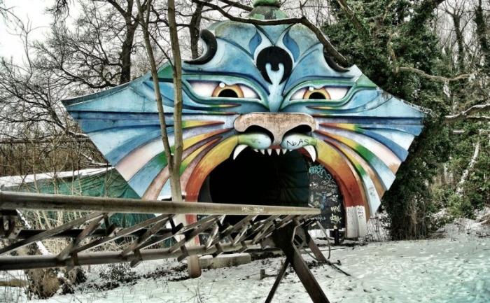 Жутковатые фото заброшенного парка развлечений в Берлине