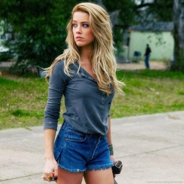 Стройные девушки в джинсовых шортиках