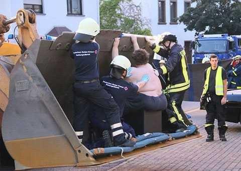 В Германии спасатели были вынуждены применить тяжелую технику, чтобы достав ...