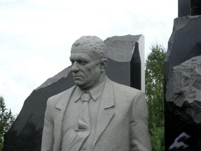 Памятник на деревенском кладбище