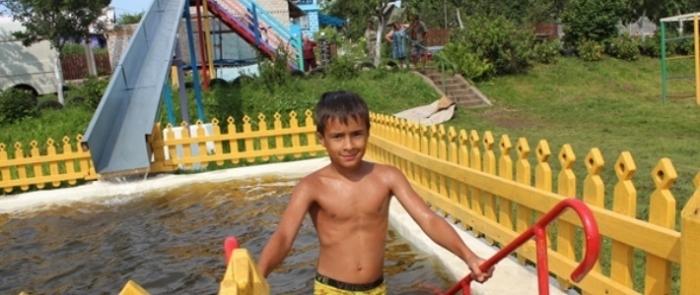 Белорусский пенсионер построил для жителей своей деревни «аквапарк»