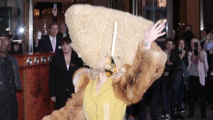 Леди Гага с сумкой на голове