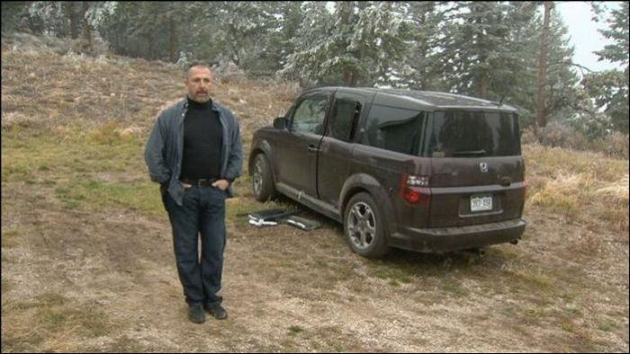 Автомобиль после встречи с медведями