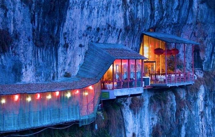 Висячий ресторан в Китае