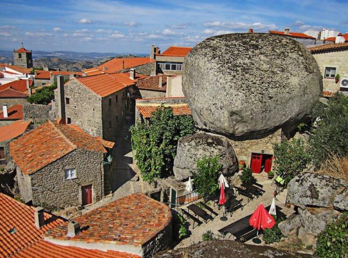 Каменная деревня Монсанто в Португалии