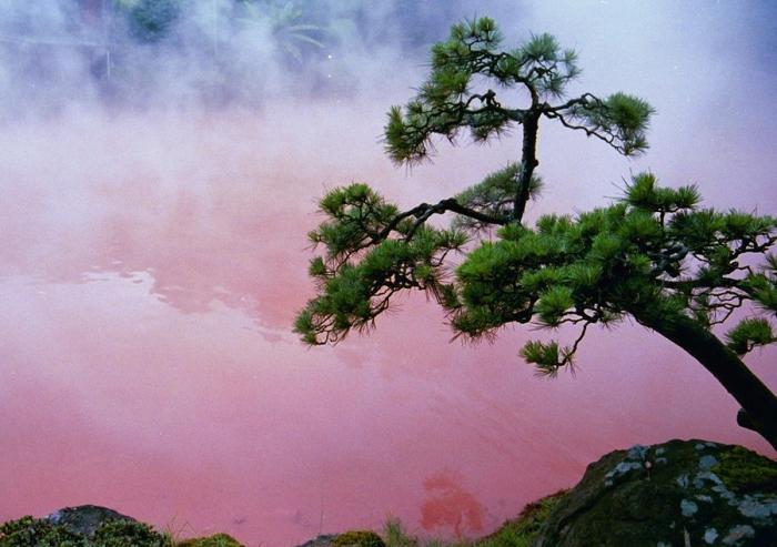 Кровавое озеро в Японии