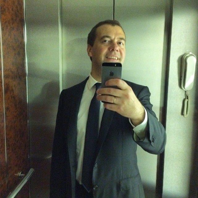 Фотожабы на селфи Медведева - 1