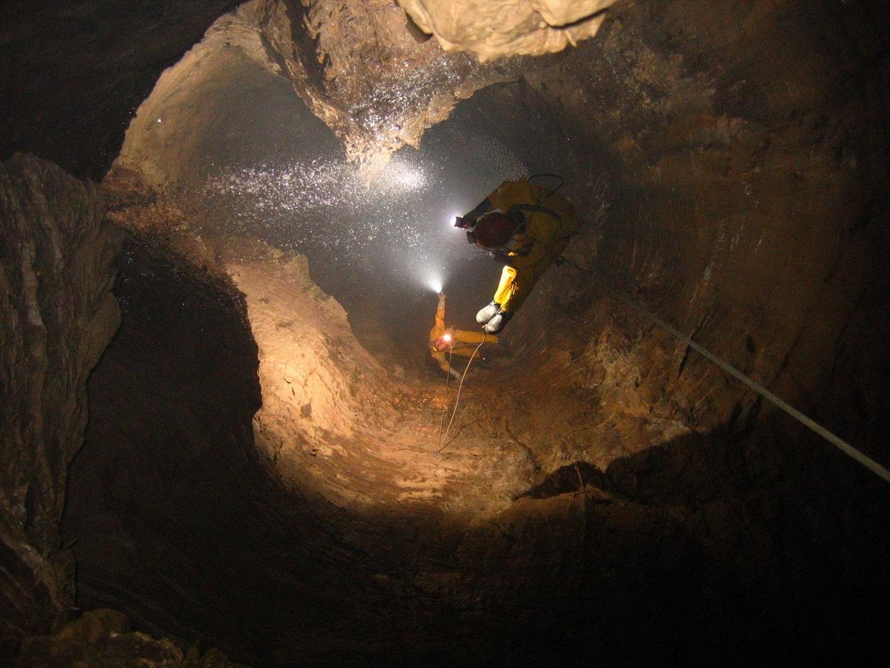 самая глубокая пещера в мире фото поиграла