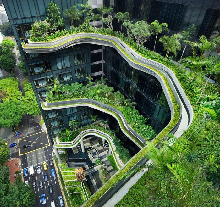 Сад на фасаде отеля Parkroyal