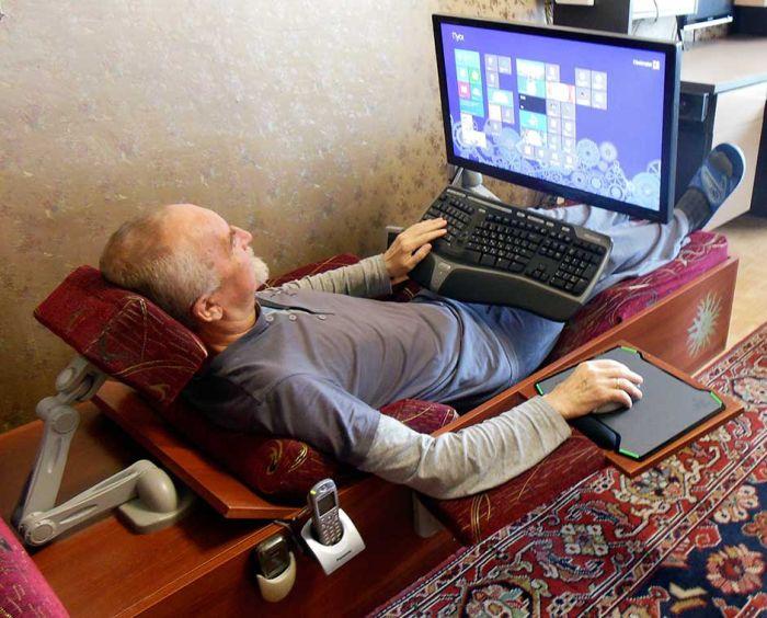 шезлонг с компьютером