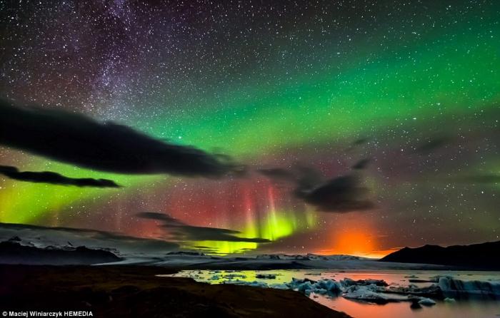 северное сияние над небом Исландии