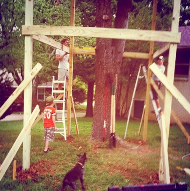 Деревянный домик во дворе