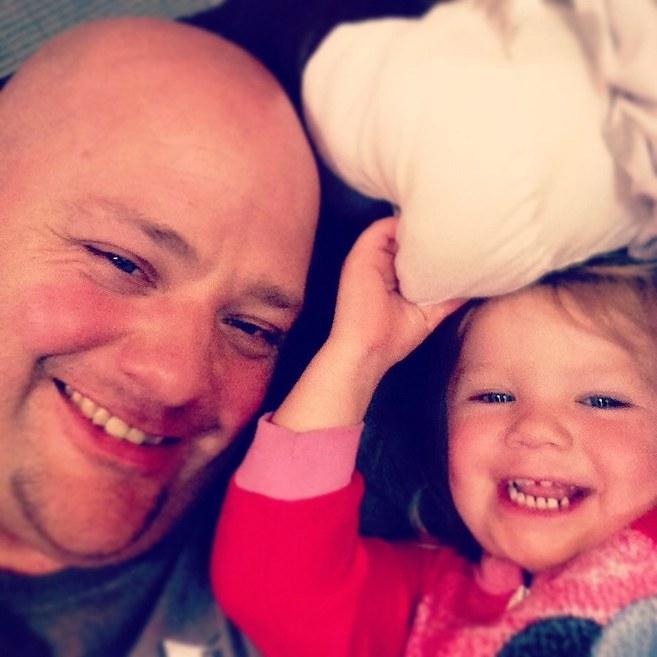 Заботливый отец делает дочке прически