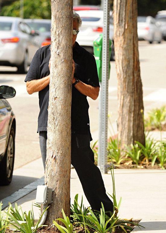Дастин Хоффман играет в прятки с папарацци