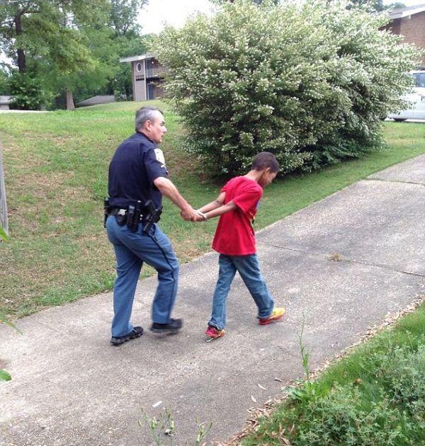 При помощи полицейских мать проучила своего сына