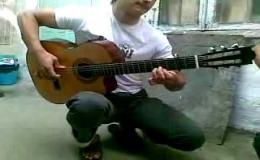 Такое вытворяет на обычной гитаре!