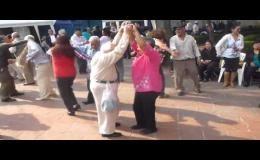70 летний дед зажигает на танцполе