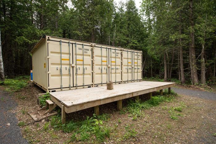 Дом из контейнеров в лесу