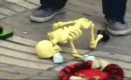 Скелет-марионетка прикольно танцует