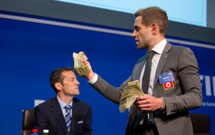 Саймон Бродкин бросил пачку денег в главу ФИФА Йозефа Блаттера