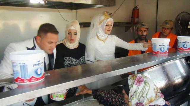 Молодожены накормили голодных беженцев