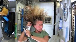 Как астронавты моют волосы в невесомости