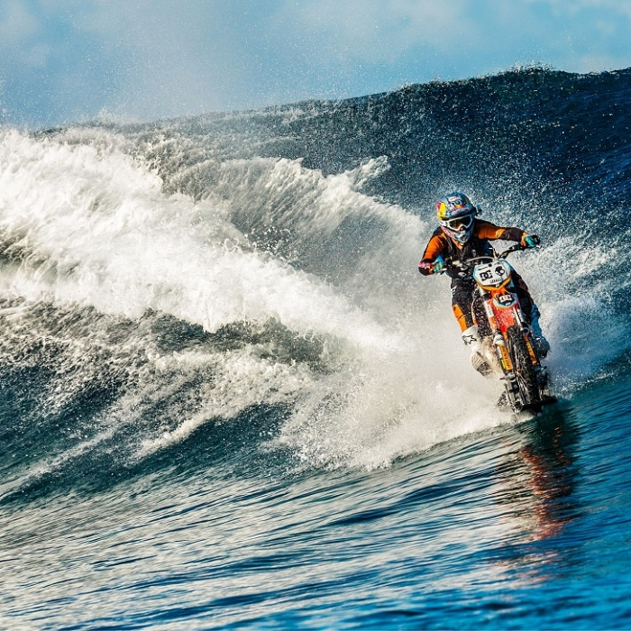 Робби Мэддисон покорил волну на мотоцикле