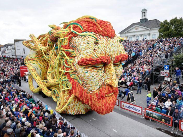Парад гигантских цветочных скульптур