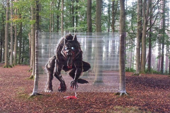 Пугающая инсталляция в лесу