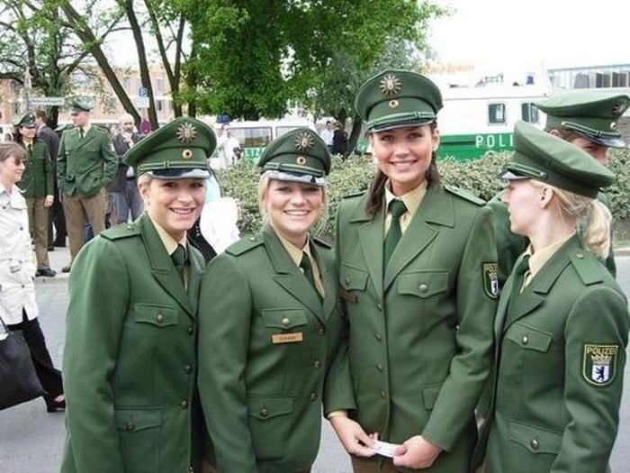 Девушки-полицейские из разных стран мира