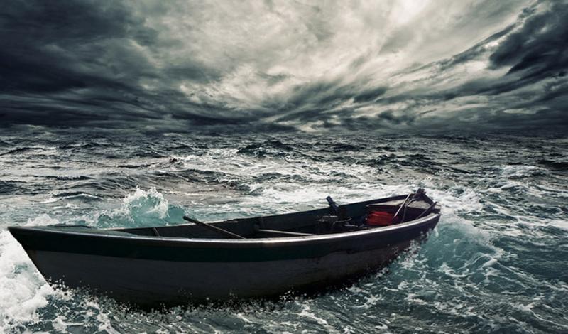 лодка плывет в океане