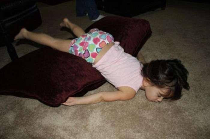 Фотографии детей уснувших в самых неожиданных местах