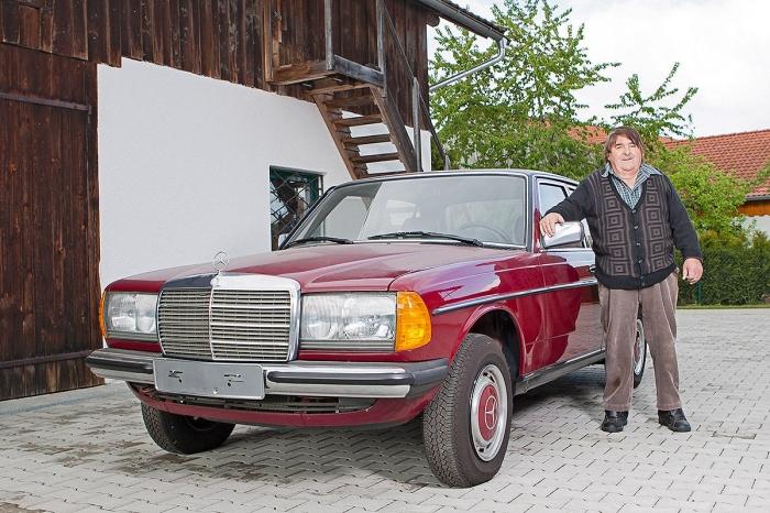 Счастливый владелец новенького автомобиля Mercedes-Benz 240D