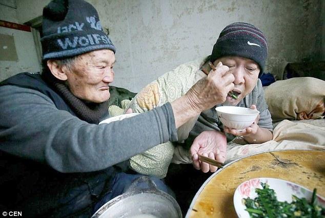 95-летний китаец 46 лет заботится о своём парализованном сыне