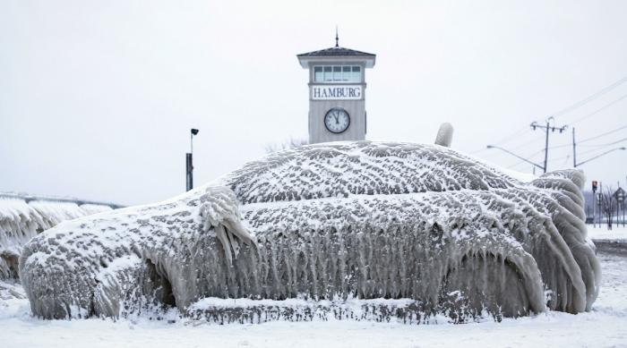 Вот почему не стоит парковаться у озера зимой