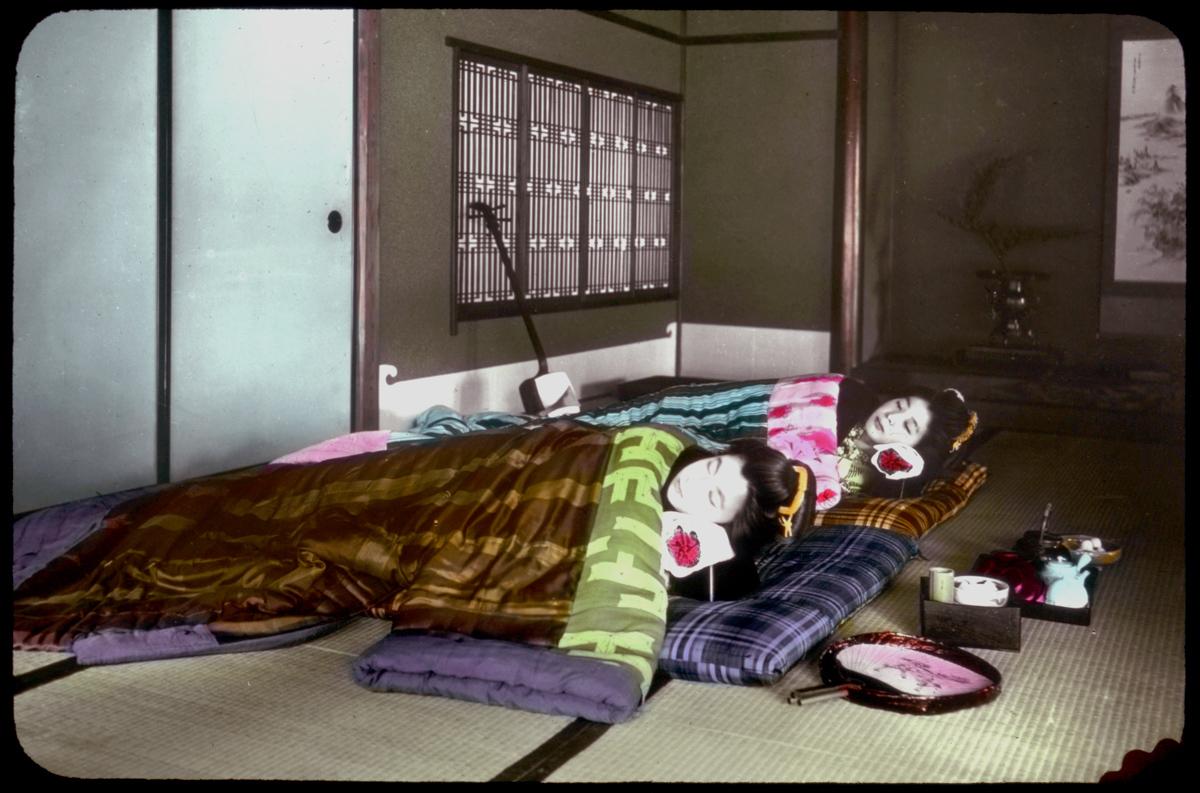 как спят японцы фото атомами