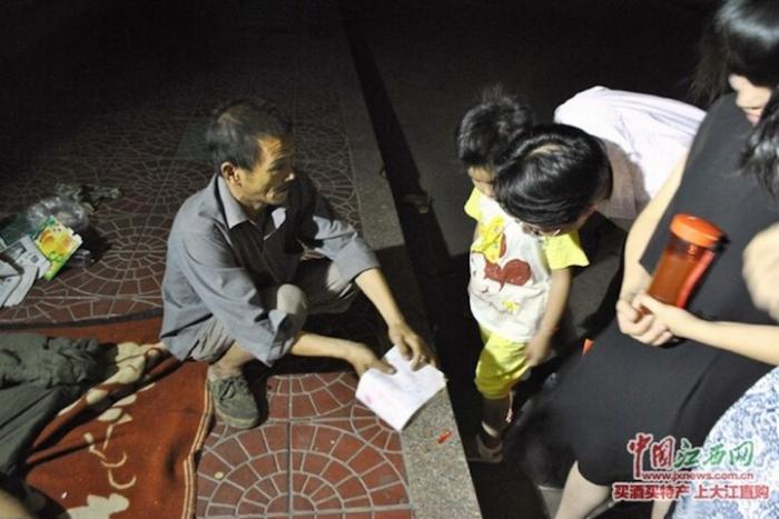 Бомж 8 лет воспитывает ребёнка, которого нашёл на мусорке