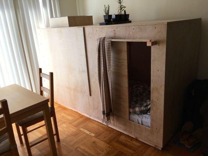 Американец обустроил дополнительное спальное место внутри комода