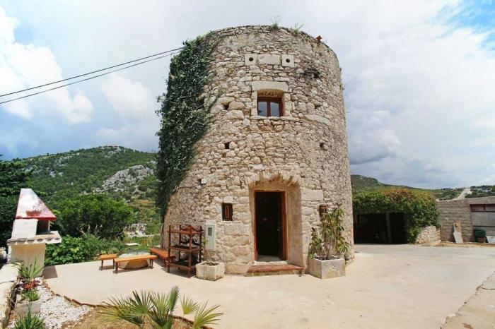 Современный дом в 250-летней мельнице на острове в Хорватии