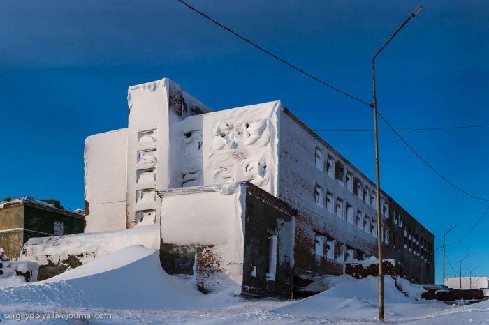 Заброшенные дома поселка Тикси