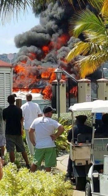 Яхта стоимостью 2,5 миллиона сгорела дотла в Карибском море