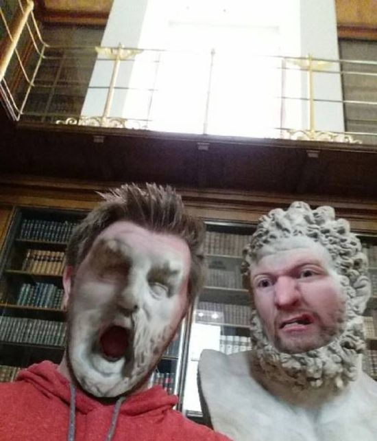 Обмен лицами с музейными экспонатами