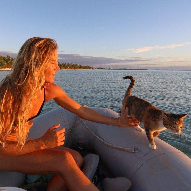 Девушка с кошкой совершают кругосветное путешествие на яхте