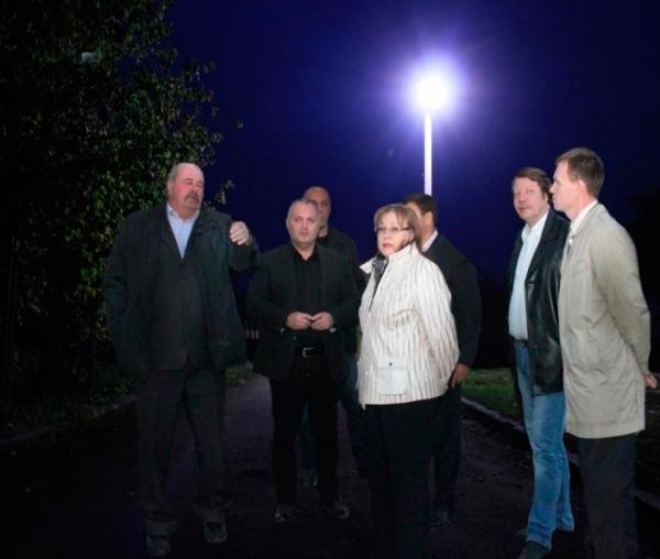 Челябинские чиновники оборудовали деревню тремя десятками светодиодных фона ...